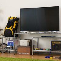 テレビ台兼オーディオ機器収納!メタル製ラックを使った見せる収納アイデア