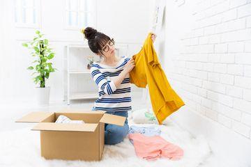 服を仕分ける女性